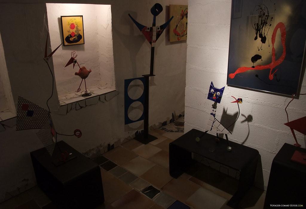 Vue intérieure : sculptures animalières présentes dans la salle d'expo de la maison