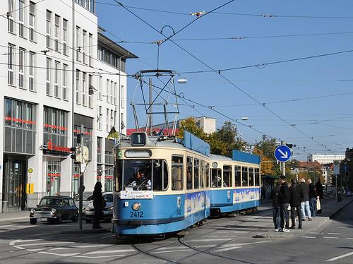 M-Wagen 2412 wendet am Max-Weber-Platz.