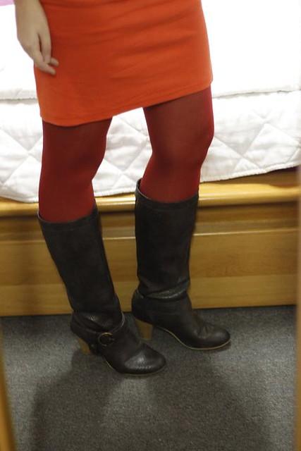 Une robe orange près du corps, un brun rétro, à la sauce Mad Men. Orange est l'une des couleurs phares de cet automne, à mixer avec du rouge et du brun par exemple comme c'est le cas ici, mais aussi avec d'autres couleurs plus contrastantes si vous osez une tenue moins formelle