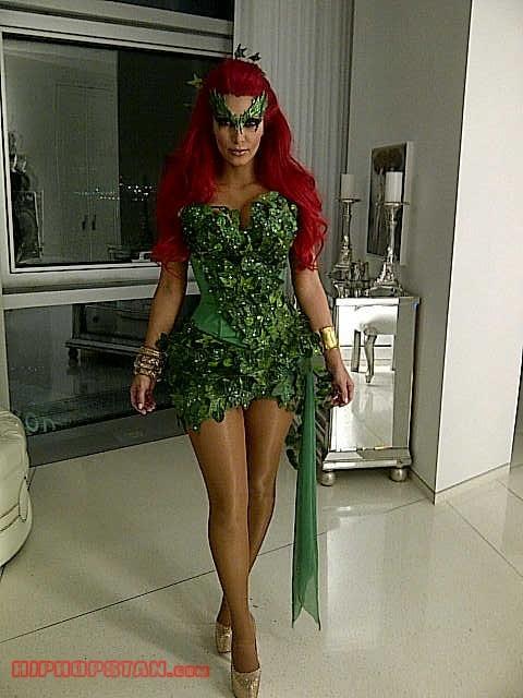 182120-kim-kardashian-halloween-costume