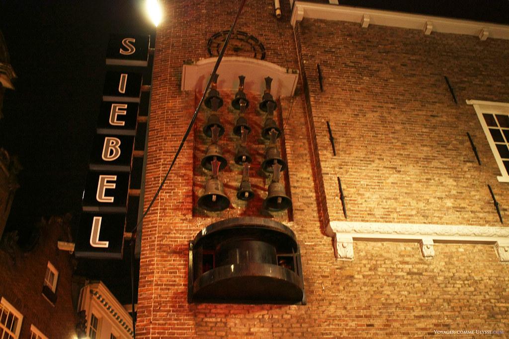 Un carillon, avec ses nombreuses cloches, à l'angle d'une rue