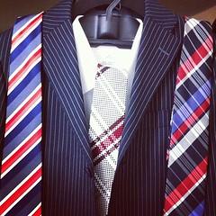 今日の予定は右のネクタイだったけど、気分的に真ん中のに変更。