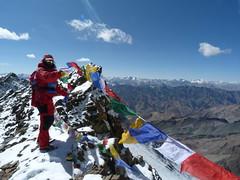32 Eric Lon Tibetan flags at Stok Kangri (Eric Lon) Tags: india mountains yoga trekking trek mountaineering himalaya ladakh association montagnes alpinism ericlon randonner yogatrekking