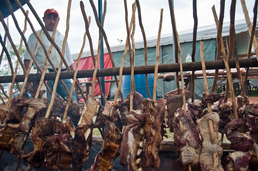 El tradicional asado a la estaca no pudo faltar en el servicio de gastronomía del Chopp Fest de Colonia Independencia en la jornada del sábado 5 de Noviembre. (Elton Núñez)