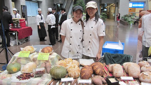 Many bakeries were invited to display their healthy bread products at the press conference.
