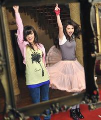 Demi Lovato and Selena Gomez (Blog:Feminina Sempre) Tags: ca usa blog o disney hollywood visite taylorswift selenagomez jaketaustin wizardsofwaverlyplace alexrusso demilovato anothercinderellastory princessprotectionprogramme httpfemininasempreblogspotcom