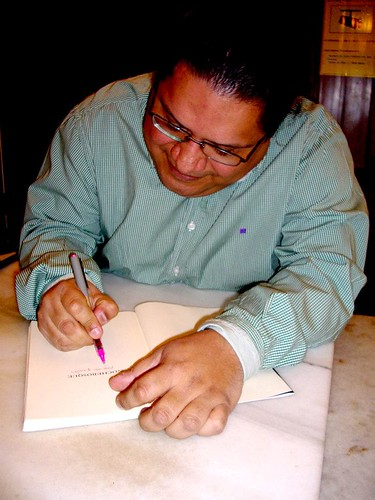 "Firmando un ejemplar de ""Nochebosque"""