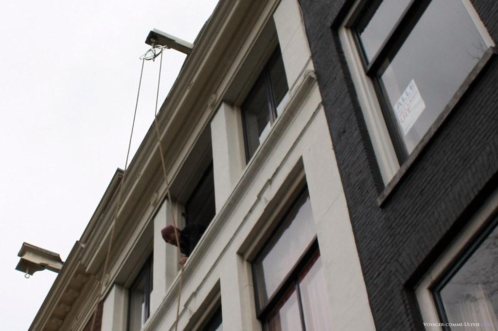 Chaque immeuble possède une poulie à son sommet, facilitant les déménagements, les escaliers internes étant beaucoup trop exigus.