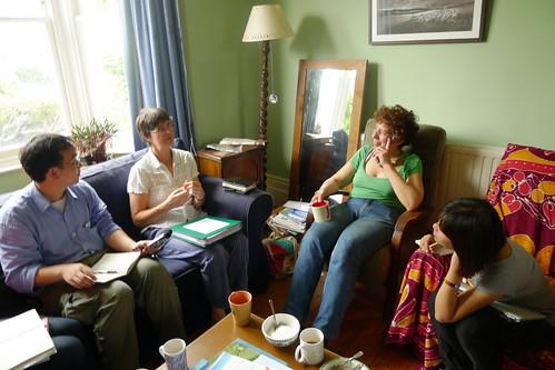 與國際間分享、交換心得,並即時撰寫報導、專欄與國內讀者分享,也是協會每年的重點工作。本圖攝於為今年參訪英國轉型城鎮訪談中。