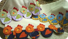 .pAnOs De PrAto GaLiNhAs. (DoNa BoRbOlEtA. pAtCh) Tags: chickens handmade application pollos galinhas cocs panosdeprato donaborboletapatchwork denyfonseca
