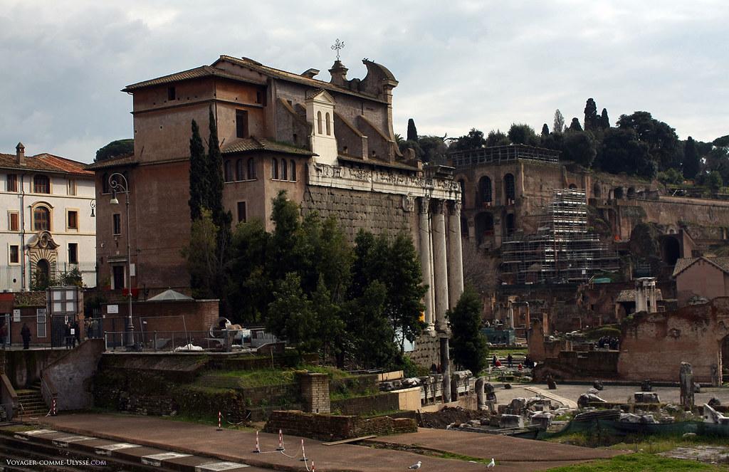 O templo de Antonino e Faustino, transformado na atual igreja San Lorenzo in Miranda, dentro do Fórum Romanum.