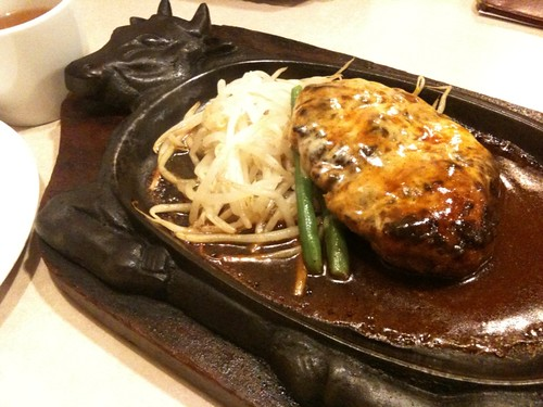 ハンバーグ定食700円 トッピングのチーズはおまけ。@ステーキのくいしんぼう 京橋