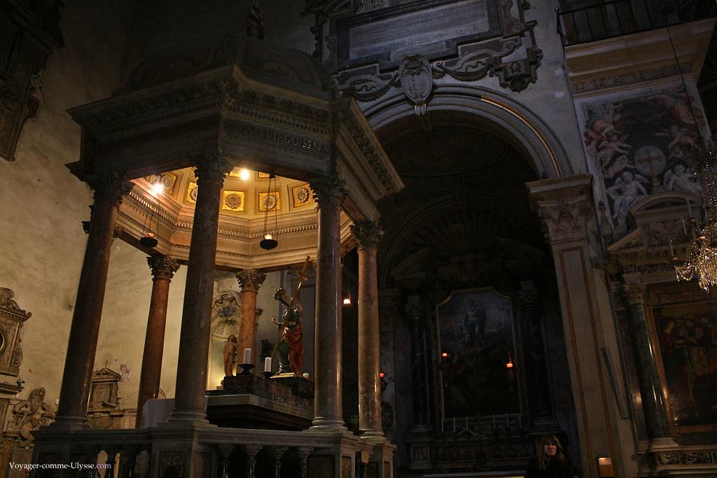 Sous ce baldaquin reposent les reliques de Sainte Hélène, mère de l'empereur Constantin
