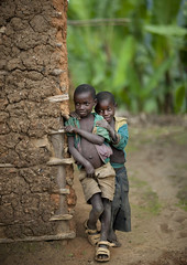 Pygmy Batwa tribe kids -  Cyamudongo, Rwanda (Eric Lafforgue) Tags: africa childhood outdoors kid child tribal rwanda afrika tribe enfant commonwealth twa ethnicity afrique pygmy tribu eastafrica 2110 pygmee batwa ethnologie centralafrica kinyarwanda ruanda ethnie indigenousculture ethny afriquecentrale     republicofrwanda   ruandesa cyamudongo