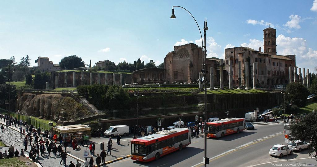 O templo de Vénus e de Roma. Situado entre o Fórum Romano e o Coliseu, era o maior templo da Roma antiga. Podemos ver à direita a grande torre sineira da igreja Santa Francesca Romana.
