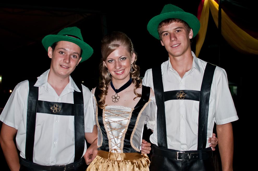 Residentes de la Colonia Independencia posan para la foto vestidos con los trajes tradicionales de Alemania en la noche del sábado 5 de Noviembre durante el Chopp Fest 2011 Independencia. (Elton Núñez)