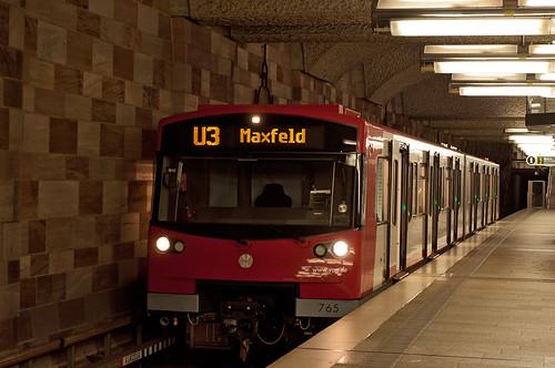 Kontrastreich ist der Bahnhof Opernhaus. Wagen 765 hat soeben die Türen geöffnet.