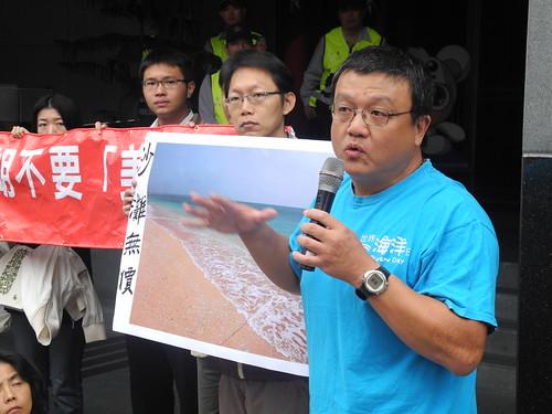 共生藻協會理事長陳昭倫說明當地獨一無二的自然生態。