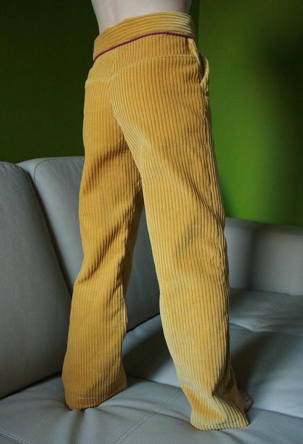Dikgeribde fluwelen mosterdgele broek met paarse paspel en groene knoop - poep