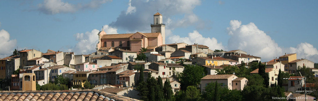 L'église Saint-Michel de Fuveau, avec son clocher provençal, est le point culminant du village