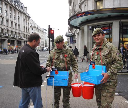 חיילים מחלקים פרגים ברחובות לונדון, תחילת נובמבר 2011.