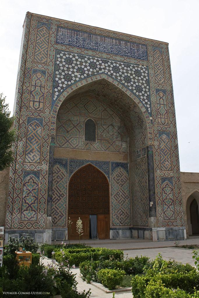 Entrada da mesquita de Kok Goumbaz