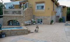 Chalet independiente con unos 300 m2 construidos. En su inmobiliaria Asegil en Benidorm le ayudaremos sin compromiso. www.inmobiliariabenidorm.com
