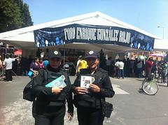Policas lectoras (paraleerenlibertad) Tags: libertad leer lee libros alameda policia alternativa feriaalameda