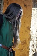 DSC_5647 (Dorothee Rie) Tags: girl herbst medieval ruine fantasy blond blonde knight maid mdchen aar burg limburg abendsonne ritter haar fotoshooting diez kleid mittelalter sptsommer mittelalterlich holzheim langes gewandung tunika grteltasche mittelalterkleid ardeck