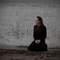 Gedanken und Gezeiten (Gret B.) Tags: sea rain dark sand meer wasser herbst frau schwarz regen dunkel quadrat melancholie