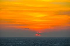 EL SOL QUE REGRESA A LA NADA EN EL MAR DE  MARMARA (marthinotf) Tags: sol atardecer nikon marmara estambul composición cielorojo bósforo atardecerenelmar dardanelos mardemarmara olétusfotos