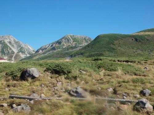 山の岩肌が印象的