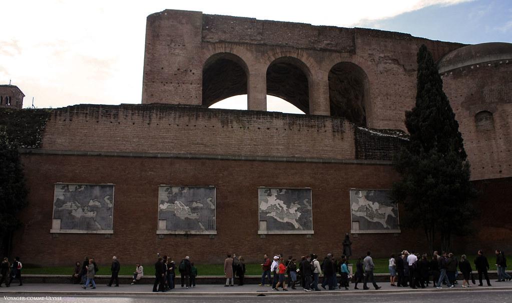 Les représentations modernes de l'Empire Romain et son évolution tout au long de l'Antiquité. Derrière, la Basilique de Maxence.