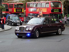 Bentley State Limousine (kenjonbro) Tags: uk 2002 london interesting maroon trafalgarsquare rollsroyce 98 explore hm convoy royalty qe2 thequeen bluelights armoured queenelizabethii biofuel houseofwindsor explored worldcars statelimousine elizabethwindsor bentleystatelimousine kenjonbro elizabethalexandramary fujihs10 royalprotectionsquad