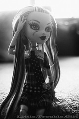 Lomo look Frankie (Little.Trouble.Girl) Tags: bw byn toy nikon dolls vignetting scar lomofake mattel nikkor1855mm elomography nikond40 frankiestein monsterhigh monsterhighdolls