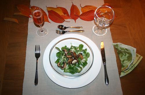 28 - Feldsalat mit Kartoffeldressing und Champignons - serviert