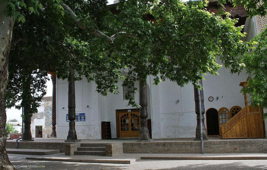 Piliers de bois de la mosquée Hazrati Imom