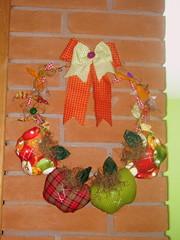 Guirlanda de maçãs, botões  e retalhos (Geisa's Patchwork Fashion) Tags: apple guirlanda fuxico patchwork canela maçã tecido botões atelê geisalentini guirlandademaçã guirlandaempatchwork