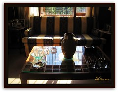 El sol... y la ventana abierta... (AGirau ...) Tags: luz sol ventana flickr sombra cristal mesa reflejos calor búcaro agirau