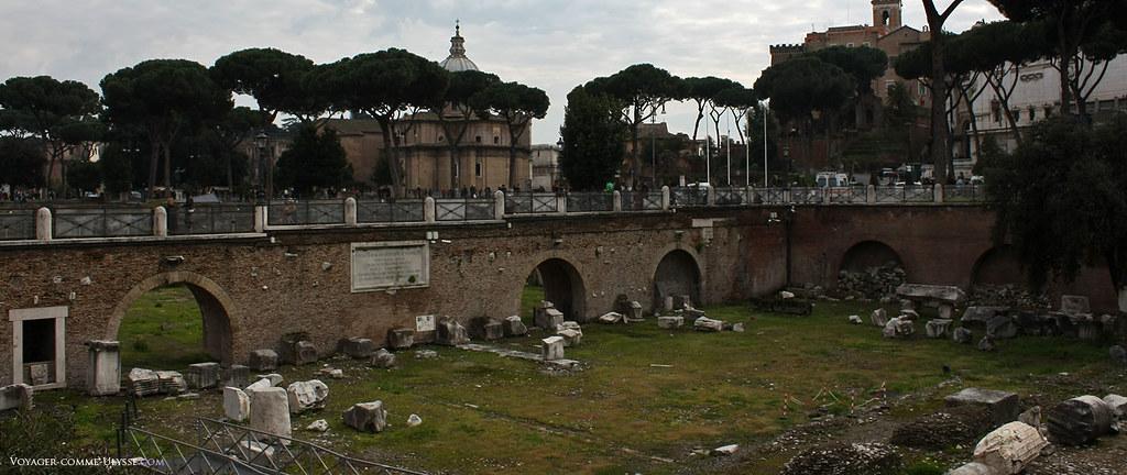 Beaucoup de colonnes n'ont pas été remontées, et de nombreux débris de ce qui fut autrefois un temple, un forum, gisent encore de nos jours sur l'herbe.