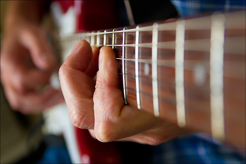 how to hold fingers on guitar strings
