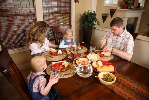 ERS research shows that people who rate their diet quality more favorably are more likely to share meals with the family. (Photo credit: Shutterstock)