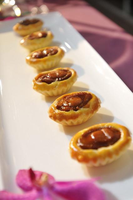 圖七 香港米其林餐廳添好運主廚推薦料理_原隻鮑魚_粒撻。有傳統蛋撻的層層酥脆外皮結合熬煮過飽含湯汁的鮑魚與雞粒,令人食指大動。