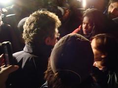 Photo: voir le derrière de la tête Jacques Perron, répondant aux questions de citoyen.nes et des médias