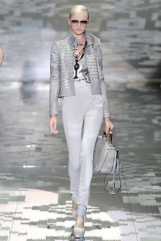 Gucci-Primavera-2010-chaqueta-cocodrilo-Vlada-Roslyakova