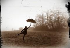 Roberta wartet auf den Wind - oder: Die fast fliegende Roberta (Uli He - Fotofee) Tags: blackandwhite germany deutschland nikon wind nikond70s luft ulrike fliegen struwwelpeter regenschirm schattenriss schwarzweis kindergeschichte derfliegenderobert 8|8|8 8880304 diefastfliegenderoberta robertawartetaufdenwind