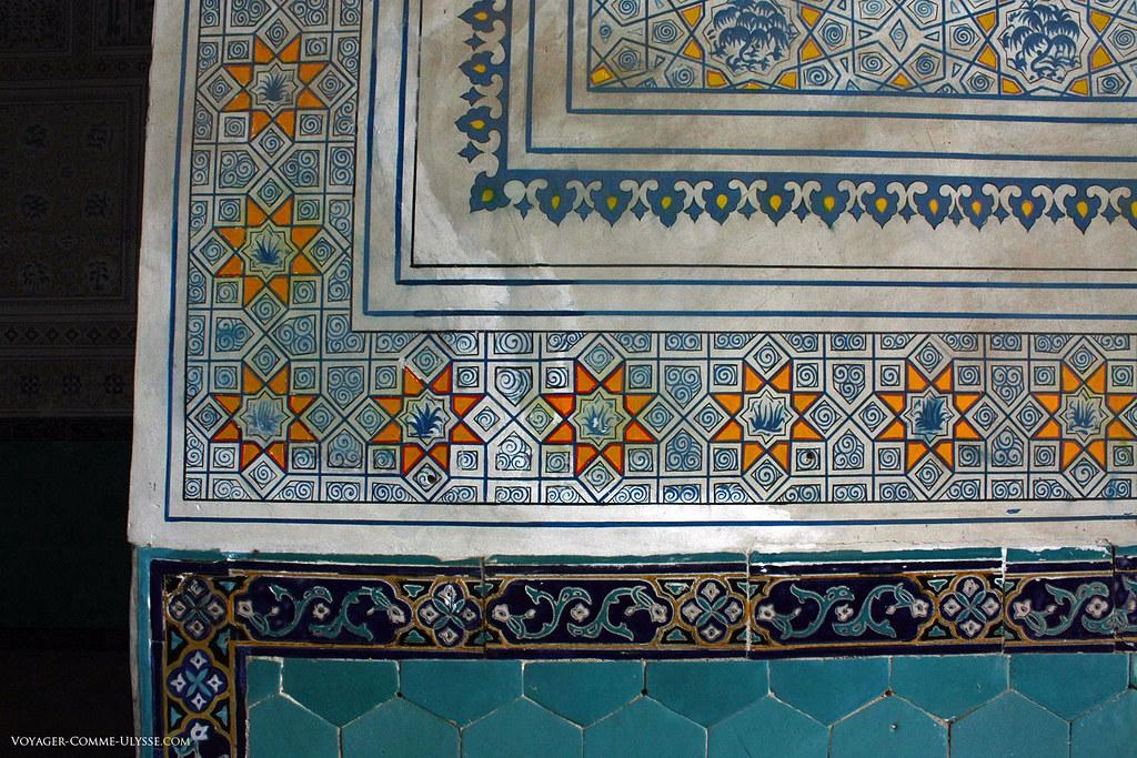 Gros plan sur les peintures et les carreaux de faïence. Du jaune, du bleu, et beaucoup de blanc pour décorer ce lieu sacré.