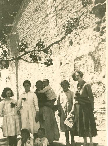 Carmen Bellido y su hermana Josefa con una familia
