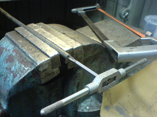 Making threads in a pipe for magnetic bolt