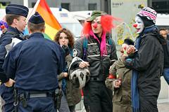 La marche des 99 % (dprezat) Tags: street people paris clown contest protest 99 champdemars activism politique marche manifestation ladéfense bac lagrandearche anticapitalism murdelapaix rassemblement brigadeactivistedesclowns sonyalpha700 indignados bankprotest indignés indignants démocratieréelle wearethe99 noussommesles99